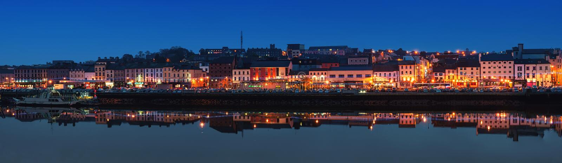 沃特福德,爱尔兰全景在晚上 免版税库存图片