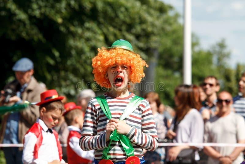 沃罗涅日,俄罗斯:2016年6月12日 街道剧院游行在一美好的好日子 乐趣,喜悦 库存图片
