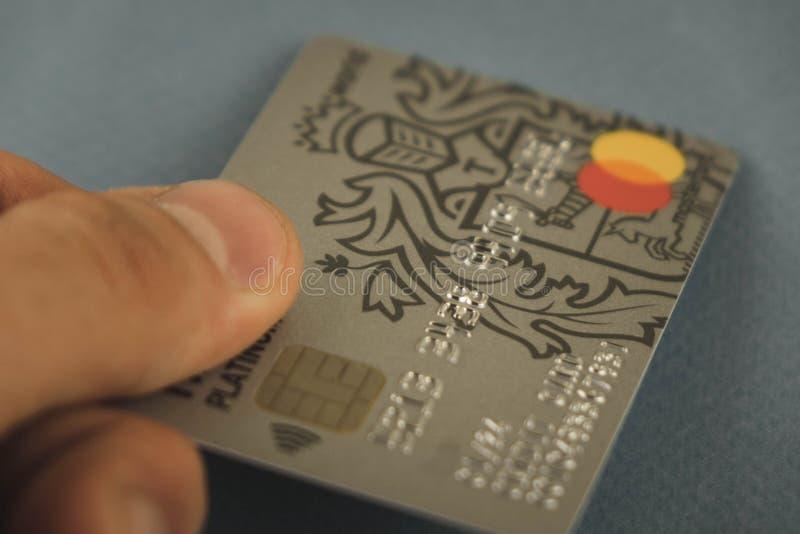 沃罗涅日,俄罗斯-可以09日2019年:付款卡片Tinkoff放置在黑背景特写镜头的万一银行卡万事达卡和签证 ?? 库存图片