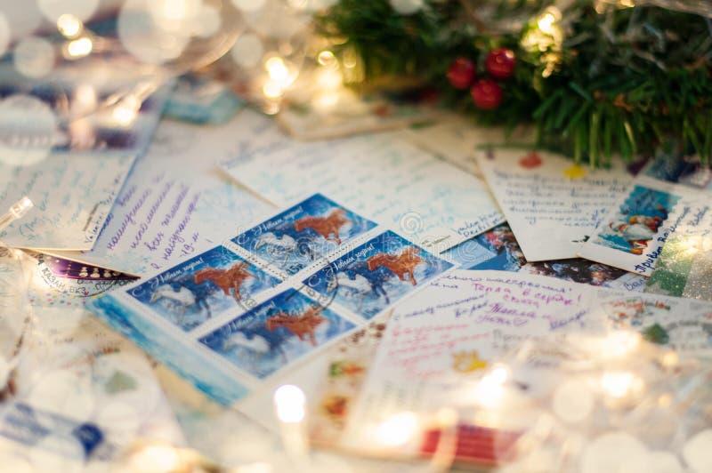 沃罗涅日11月06日2018年,俄罗斯 堆与假日问候的书面圣诞节明信片 免版税库存图片