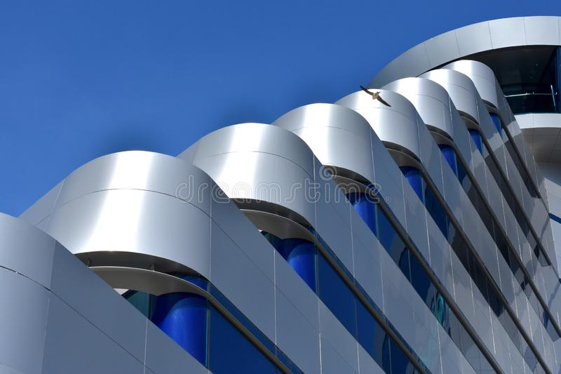 沃迪采,克罗地亚- 5 25 2019年:奥林匹亚天空旅馆,现代建筑学细节,tonned的深蓝 免版税库存图片