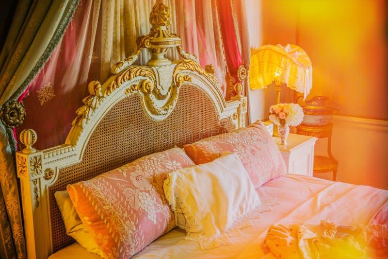 沃里克,沃里克城堡,英国, May5,2018 在城堡的卧室内部 免版税库存图片