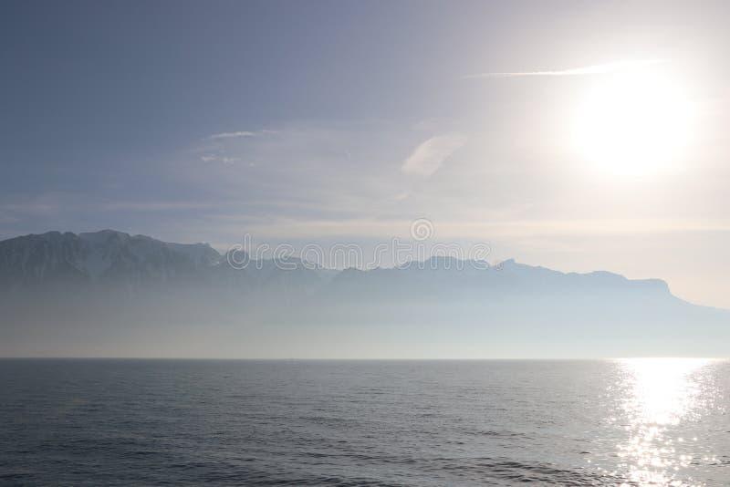 沃韦海景看法在瑞士有2月的太阳和山景 免版税图库摄影