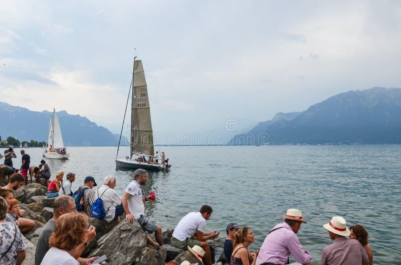沃韦,瑞士- 2019年7月26日:在祝宴des Vignerons期间的人群观看的风船2019年 传统节日表示尊敬对 图库摄影