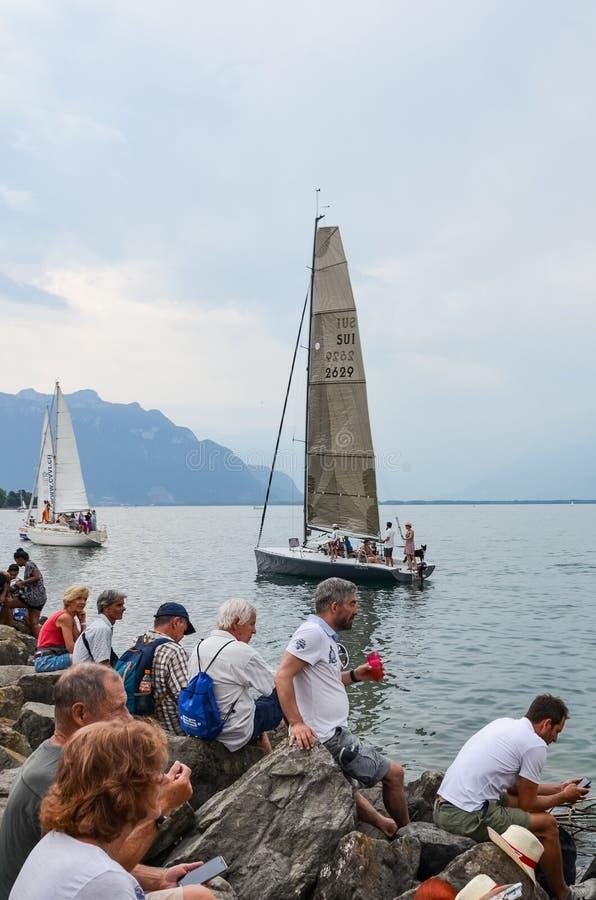 沃韦,瑞士- 2019年7月26日:在祝宴des Vignerons期间的人群观看的风船2019年 传统节日表示尊敬对 库存图片