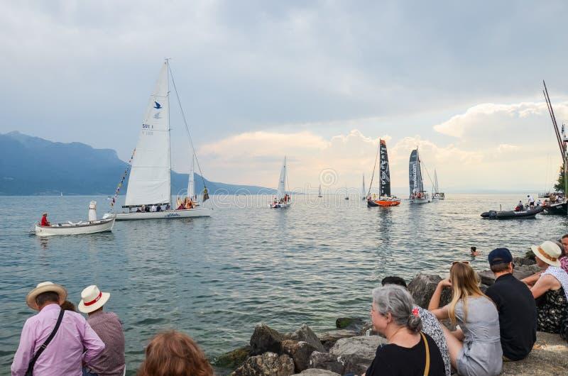 沃韦,瑞士- 2019年7月26日:在祝宴des Vignerons期间的人群观看的风船2019年 传统节日表示尊敬对 免版税图库摄影