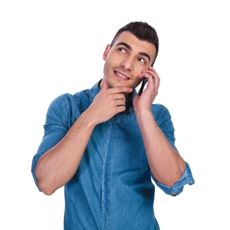 沉思人发表演讲关于电话和神色支持 图库摄影