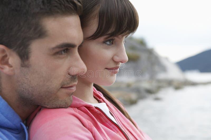 沉思夫妇特写镜头在海滩的 图库摄影