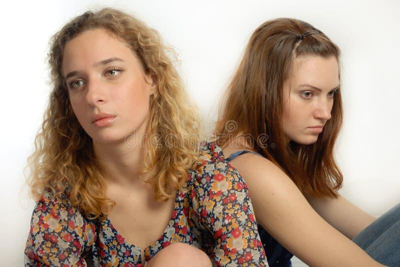 沉思女孩二个年轻人 库存照片
