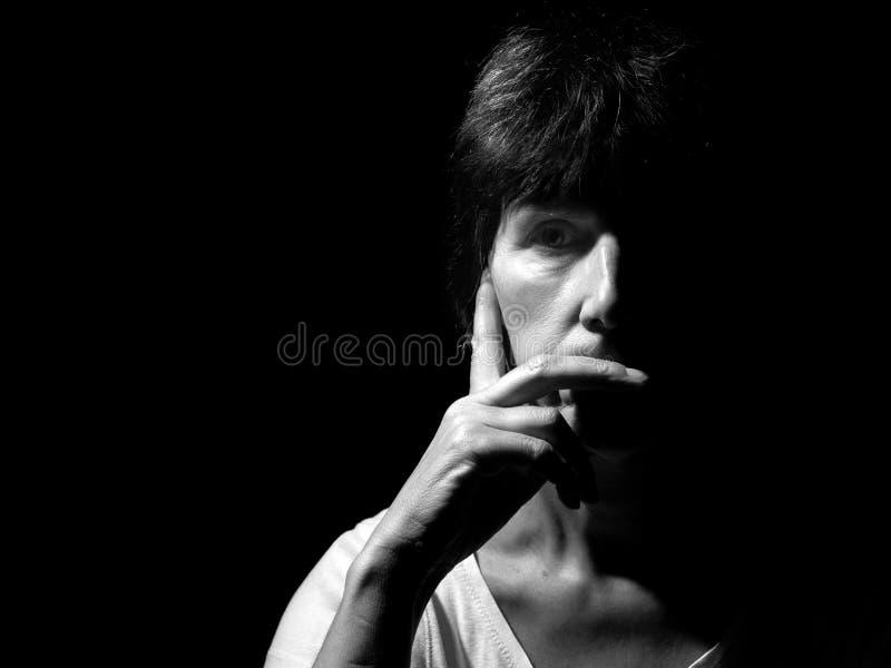沉思妇女单色画象,黑白 免版税图库摄影