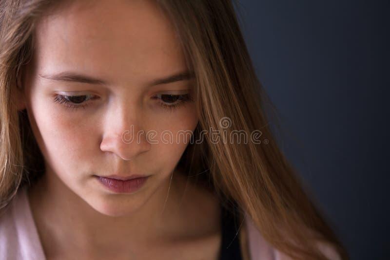 沉思少年女孩特写镜头画象 免版税库存图片