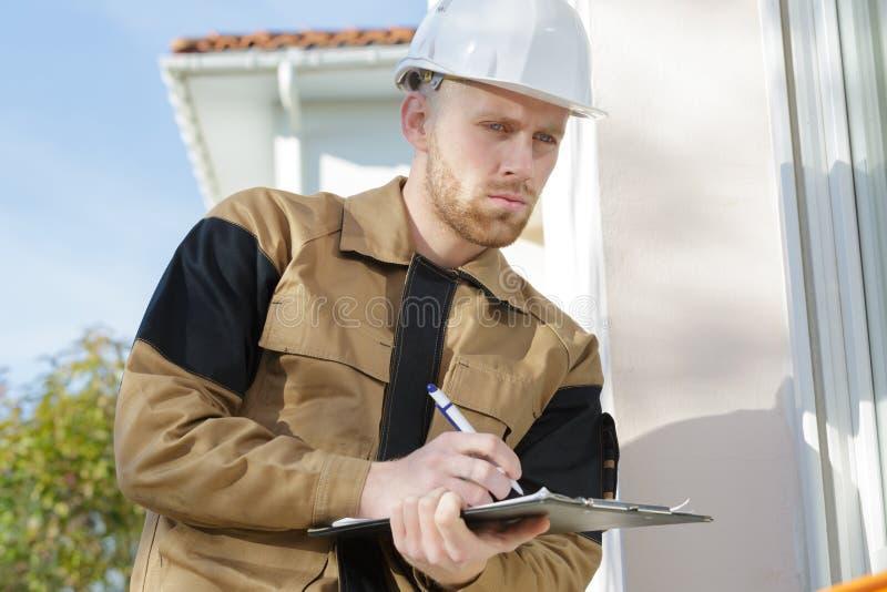 沉思年轻建筑工人 免版税库存图片