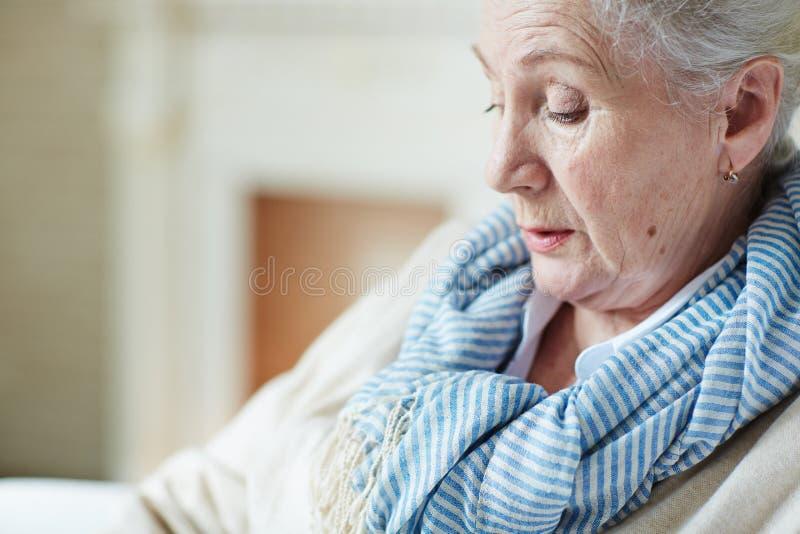 沉思老妇人 免版税库存照片