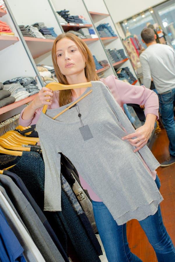 沉溺于零售疗法的妇女 免版税库存图片