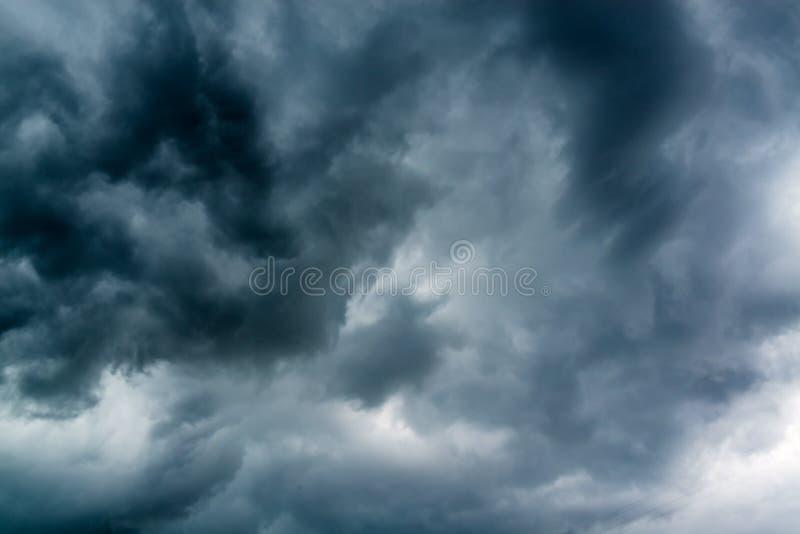 黑阴沉的云彩天空 免版税库存图片