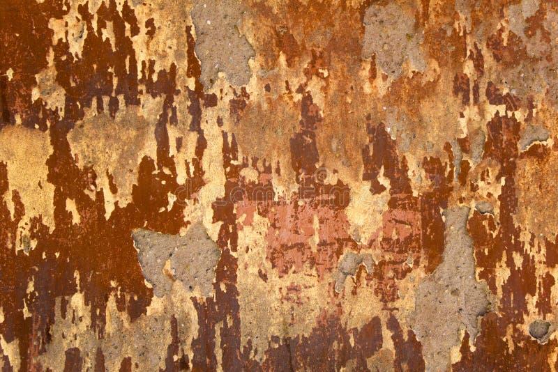 沉重变老损坏了有灰色水泥补丁的水泥红色墙壁  E 库存照片