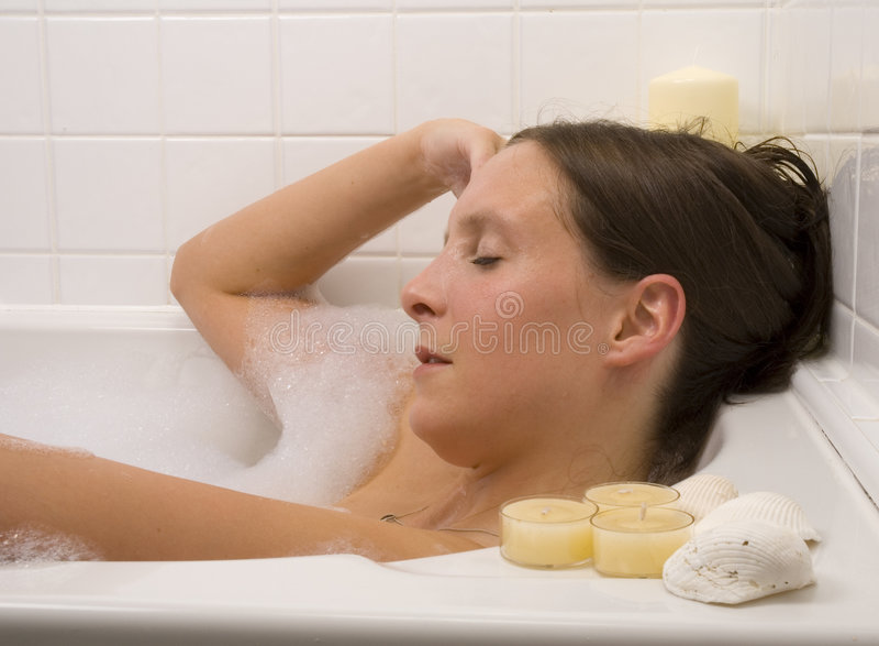 沐浴俏丽的妇女 免版税库存照片