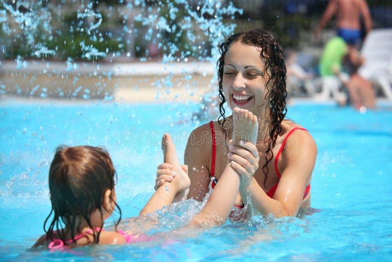沐浴美丽的女孩池微笑的妇女 免版税库存图片