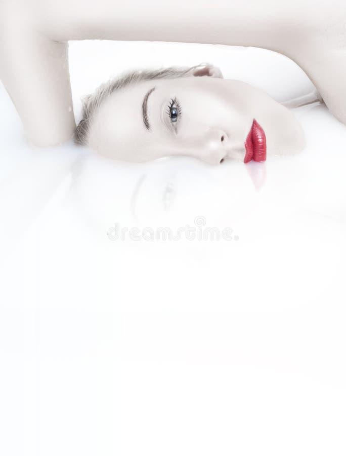 沐浴美丽的妇女 免版税库存照片
