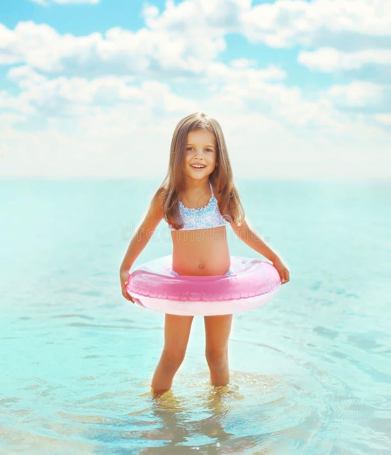 沐浴与可膨胀的圈子的愉快的小女孩孩子 库存照片