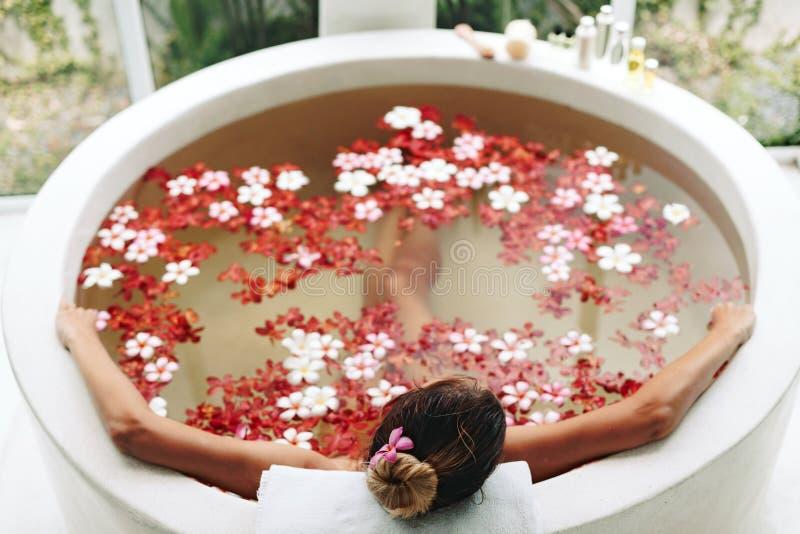 沐浴与花的温泉 库存照片