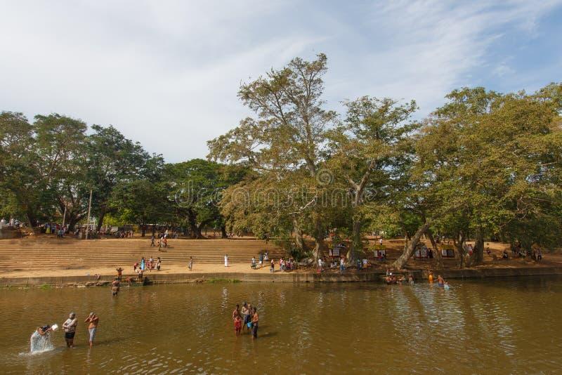 沐浴人在河,斯里兰卡 免版税图库摄影
