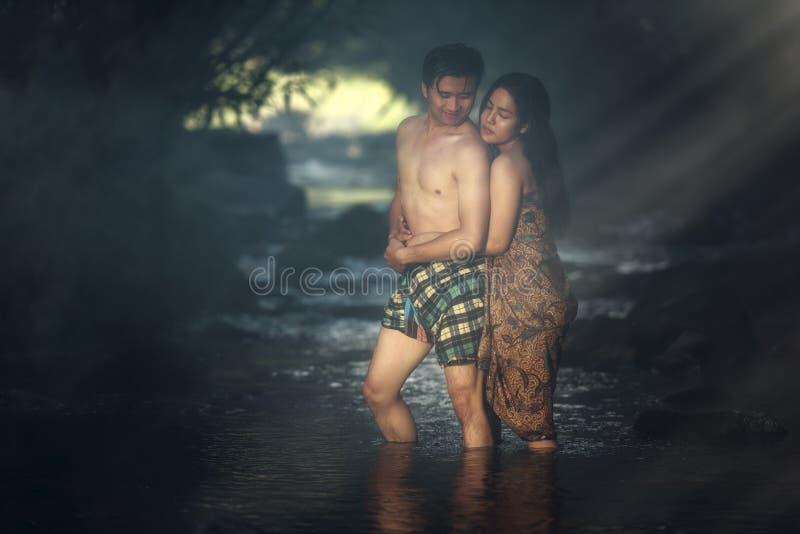 沐浴在小瀑布的亚洲夫妇 库存照片