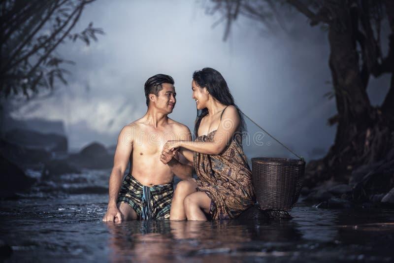 沐浴在小瀑布的亚洲夫妇 库存图片