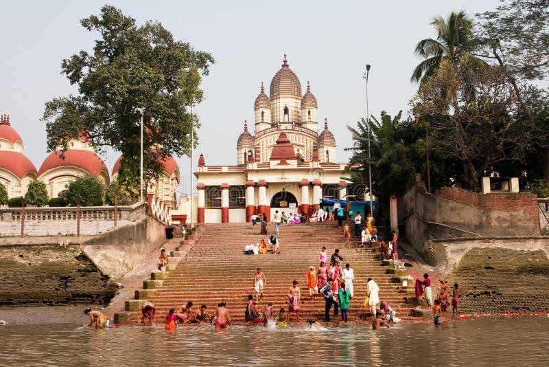 沐浴在河中水的许多人民  库存照片