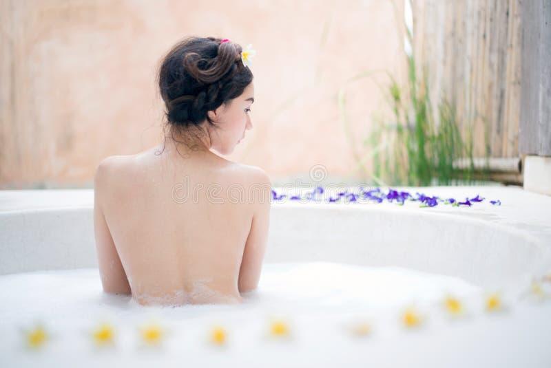 沐浴在温泉浴的妇女 图库摄影