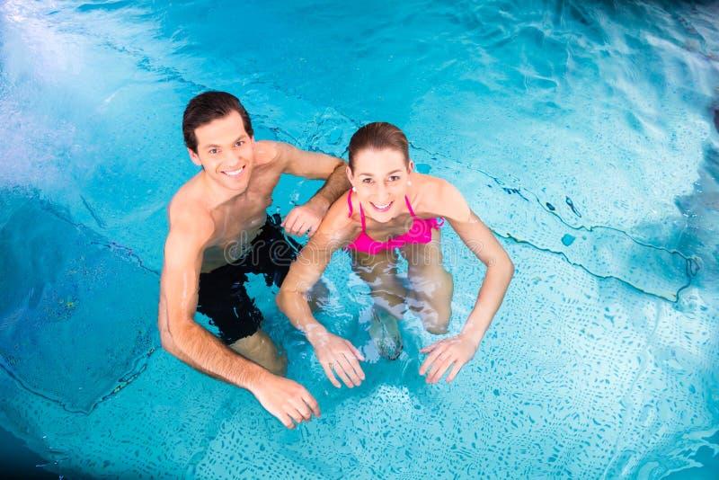 沐浴在游泳池的夫妇 库存图片