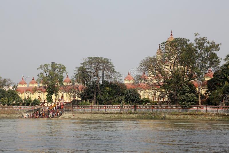 沐浴在ghat的印度人民在Dakshineswar卡利市寺庙附近在加尔各答 免版税库存图片