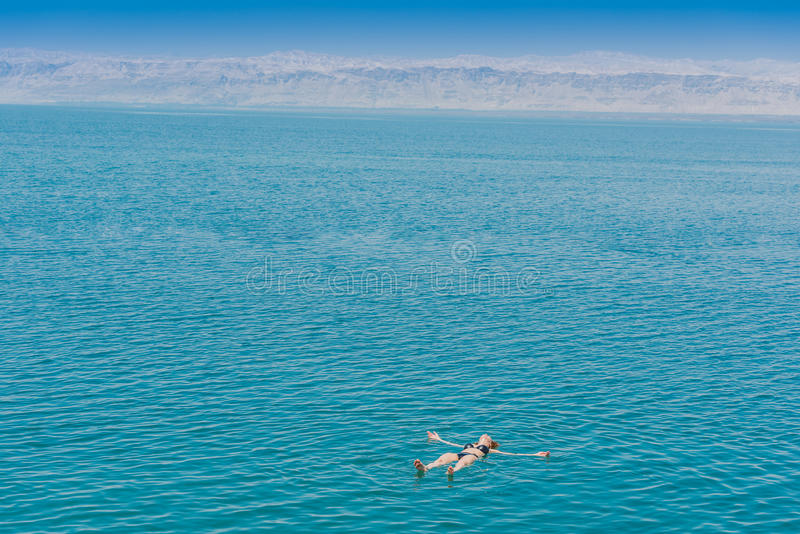 沐浴死海约旦的一妇女游泳 库存照片