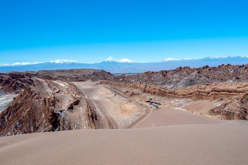 沙丘、坚固性山和瓦尔de la月月亮谷,阿塔卡马沙漠,智利的岩层象月亮的风景  库存照片