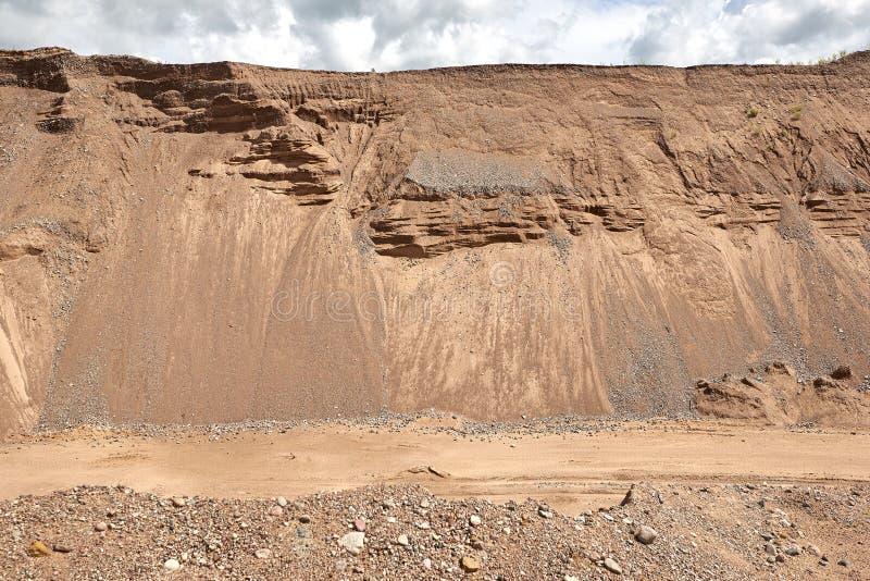 沙丘和天空背景的采砂场路 库存照片