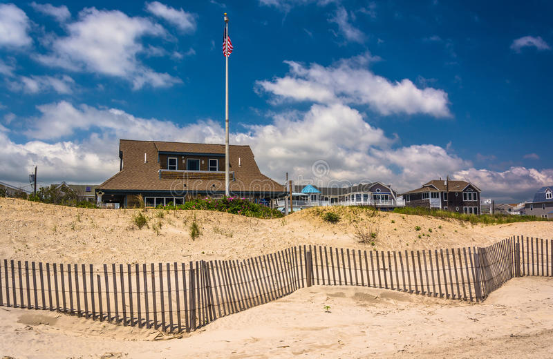 沙丘和房子在大洋城,新泽西 免版税库存照片