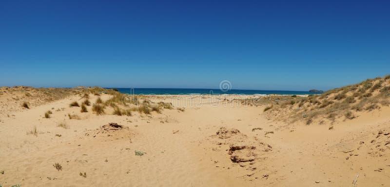 沙丘和海的全景图象在撒丁岛意大利的海岛上 库存照片