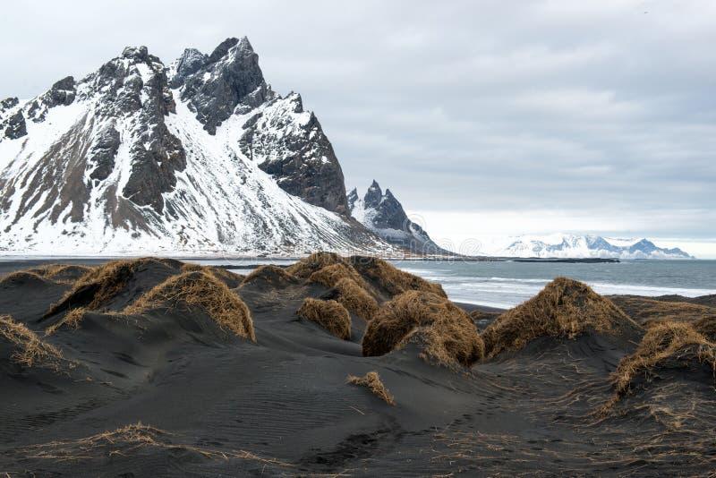 黑沙丘和Vestrahorn山,在Stokksnes半岛的海洋岸,冰岛 免版税库存照片