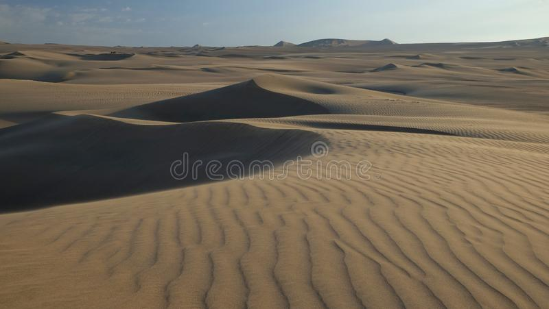 沙丘在日落前的秘鲁沙漠 免版税库存图片