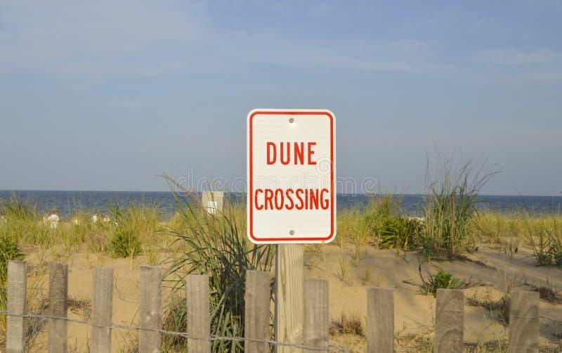 沙丘在海滩的横穿标志 免版税库存图片