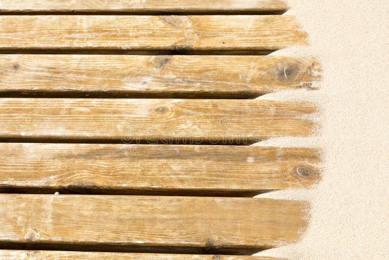沙丘沙子在一块木地板的 库存照片