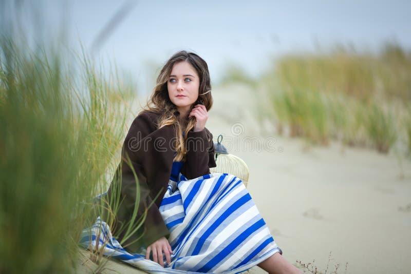 沙丘的美丽的女孩 库存图片