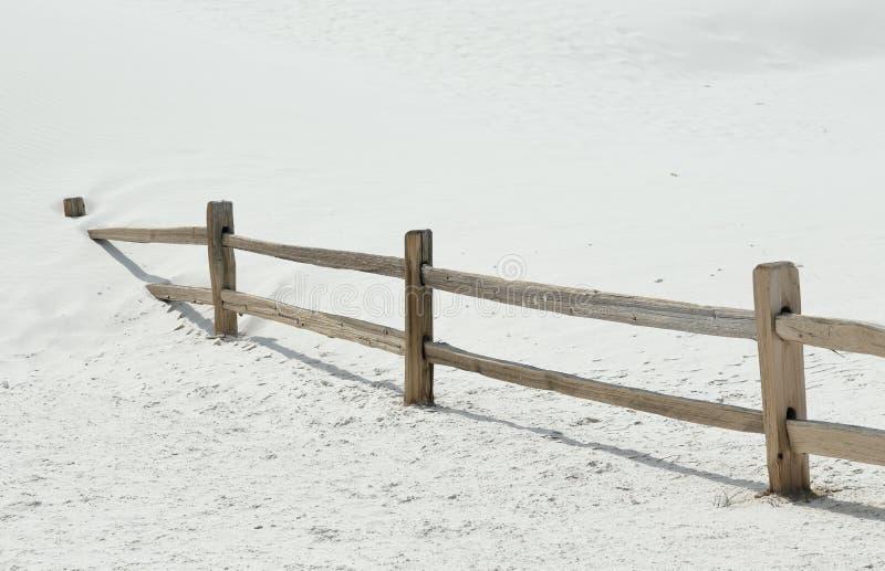 沙丘部分地埋没的木篱芭 免版税库存照片
