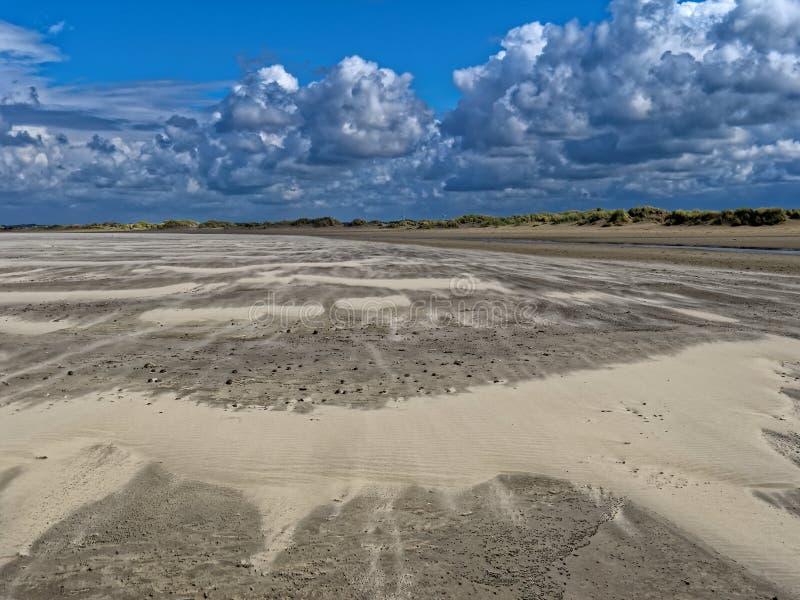 沙丘风景和积云 免版税库存照片