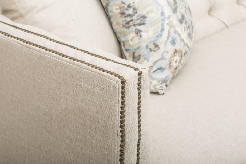 沙发吧椅沙发俱乐部,轻的米黄织品装缨球吧椅,样式客厅胳膊椅子,大小是的睡眠者沙发完善 免版税库存照片