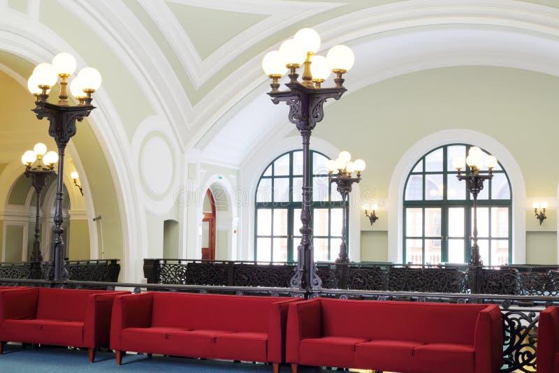 沙发和灯笼在商务和俄罗斯的工业房间 免版税库存照片