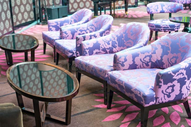 Download 沙发椅子 库存图片. 图片 包括有 室内, 其它, 沙发, 放松, 饮料, 椅子, 紫色, 颜色, 坐垫 - 59110981