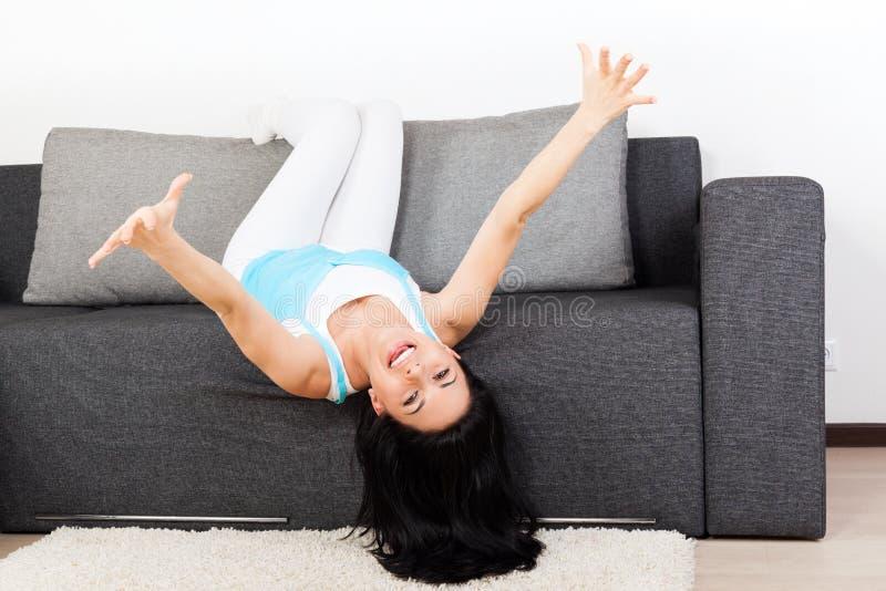 沙发的妇女 免版税图库摄影