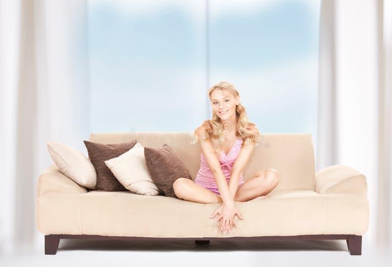 沙发的愉快的妇女 免版税库存照片