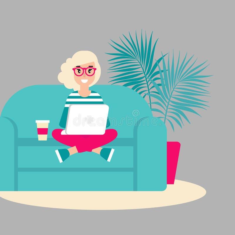 沙发的时髦的白肤金发的自由职业者女孩有膝上型计算机的 创造性的行家在家工作 皇族释放例证